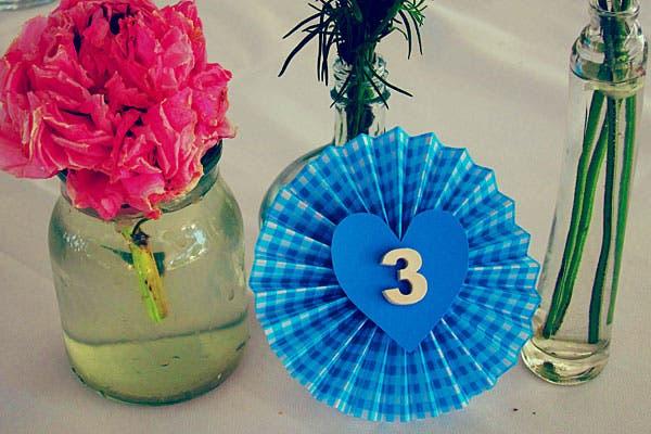 Centros de mesa y números coloridos. Foto: Gentileza Wedding Factory