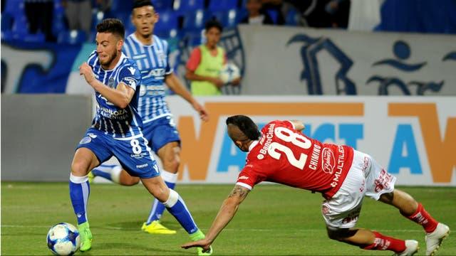González, autor del primer gol, deja a Chimino por el piso