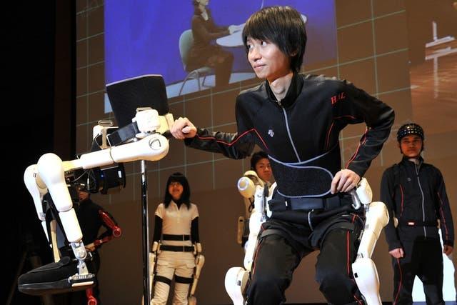 Un empleado de la compañía Cyberdine pone a prueba al dispositivo Hybrid Assistive Limb, un exoesqueleto robótico para personas con movilidad reducida