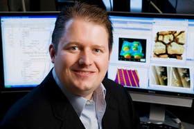 El profesor William King, responsable del equipo que desarrolló la microbatería de alto rendimiento