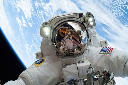 Tomada el pasado 24 de diciembre, el astronauta Mike Hopkins posa con la Tierra de fondo. Foto: Gentileza NASA