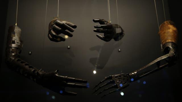 Prótesis y manos fabricadas entre los años 1500 y 1700 forman parte de la muestra Robots del Museo de la Ciencia de Londres