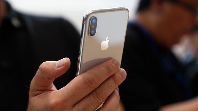 La doble cámara trasera del iPhone X, con un lente normal f/1.8 y un teleobjetivo f/2.4, ambos con estabilización óptica