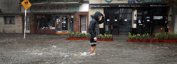 En La Plata y alrededores, lluvia, inundaciones, muertos, miles de evacuados y afectados