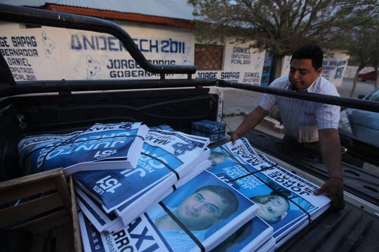 Afiches de campaña en la casa del movimiento popular neuquino. Foto: LA NACION / Santiago Hafford