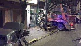 Un camión chocó contra una moto y un auto y terminó incrustado en un comercio de San Cristóbal