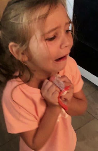 """Presleigh llora con su nueva """"cartuchera"""" entre las manos"""
