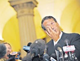 Con lágrimas en los ojos, el gobernador Mark Sanford reconoció ayer su affaire con una argentina