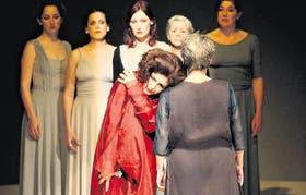 Cristina Banegas, como Medea, en el centro de la escena