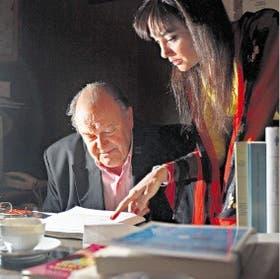 Pedro Barcia y Gabriela Pauer examinan las galeras del diccionario