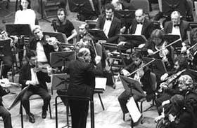 Pedro Ignacio Calderón y un sector de la Sinfónica Nacional