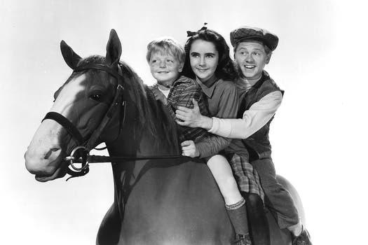 Sus inicios... Elizabeth Taylor y Mickey Rooney, en el film Fuego de juventud.. Foto: Reuters