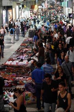 Cada vez hay más vendedores ambulantes a lo largo de toda la peatonal Florida. Foto: LA NACION