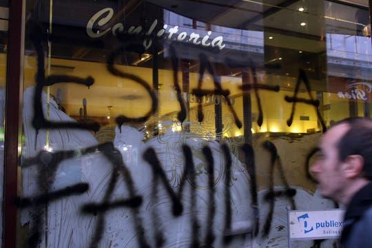 Las pintadas en los vidrios de la Richmond. Foto: LA NACION / Sebastián Rodeiro