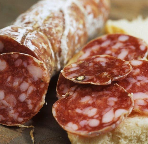 El secreto del salame, el lomito ahumado, la bondiola y el jamón serrano es la buena condimentación, el curado y la mano del afinador. Aquí, dónde se elaboran los mejores embutidos de Argentina