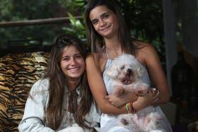Stefania y Marcela con Hopie, el caniche toy de la familia