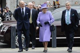 La reina Isabel II de Inglaterra (c) y su esposo, el príncipe Felipe