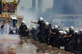 Policías antidisturbios entran en el parque Gezi durante los disturbios con manifestantes en la Plaza Taksim