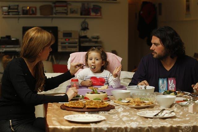 Gerardo Biglia, Gabriela Núñez y su hija Helena (2) cenan milanesas de tofu, fainá y trigo burgol