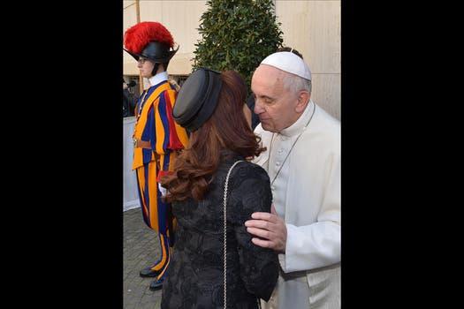El Papa acompañó a la presidenta hasta la puerta para despedirla. Foto: EFE