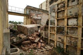 Las intensas lluvias desencadenaron el derrumbe de los 90 nichos del cementerio que ya carecía de mantenimiento estructural