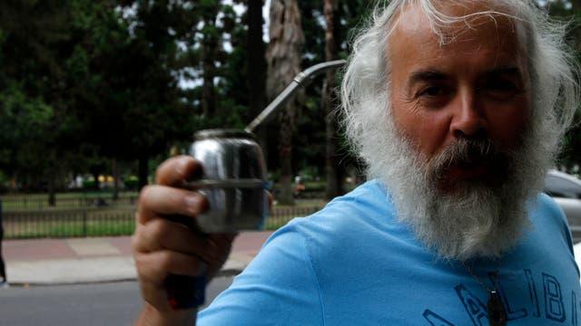 Luis Javier Larguiret, vecino que toma mate en la vereda en la esquina de Chivilcoy y Nueva York. Foto: LA NACION / Daniel Jayo