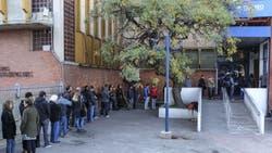 Largas filas a la espera para pagar y retirar compras del exterior, en sector Aduanas del Correo Argentino.