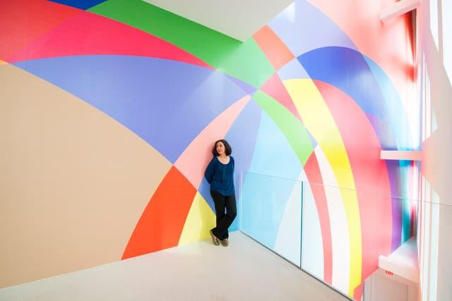 La artista argentina Gachi Hasper y su mural en el interior del Faena Forum