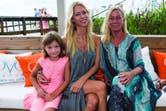 Nicole junto a su mamá y Allegra en Ovo Beach, el parador de Enjoy Punta del Este.