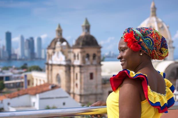 Las bahianas, con sus típicos trajes, pintan la ciudad de alegría y color