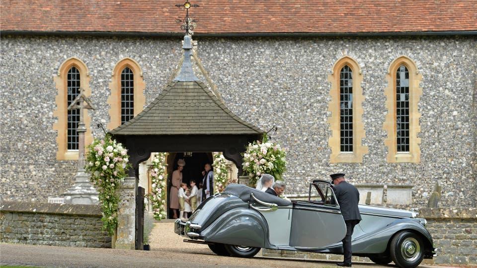 Pippa Middleton llegó a la iglesia en un Jaguar descapotable color verde oliva. Foto: Reuters / Justin Tallis