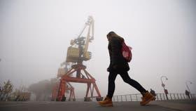 Una densa capa de niebla cubre la ciudad de Buenos Aires, hay demoras en los vuelos de aeroparque