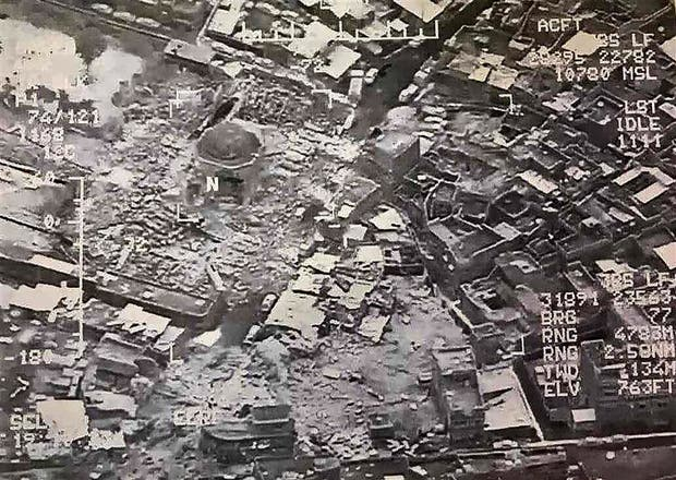 Imagen aérea de la mezquita de Al-Nuri, ayer, casi totalmente destruida después de la explosión