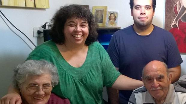 La milagrada Sofía Acosta (izquierda), junto a su familiares