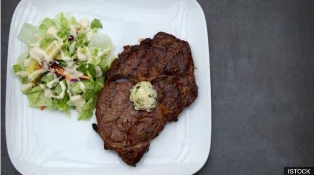 Un filete de carne, con mantequilla y una pequeña ensalada es un plato ideal de la dieta catogénica
