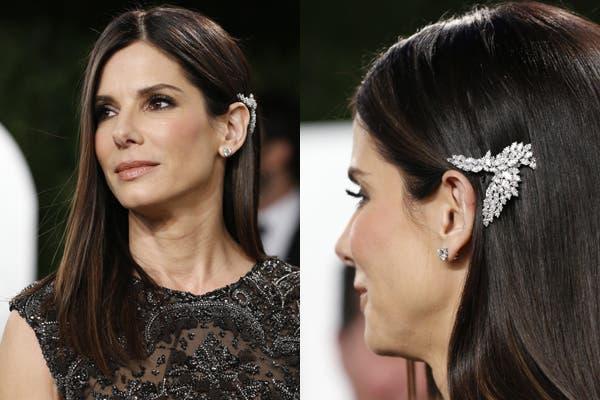 Ultra lacio para Sandra Bullock; ¿El detalle? el broche lateral para detrás de la oreja que le aporta glamour y, además, es muy original. Foto: Reuters.