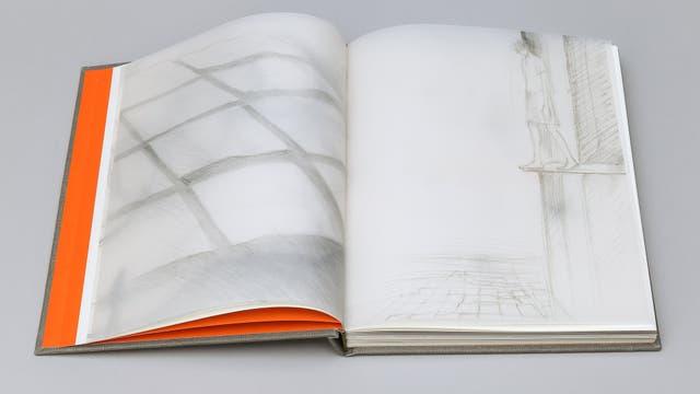 Interior del libro dedicado a la obra de Silvia Rivas