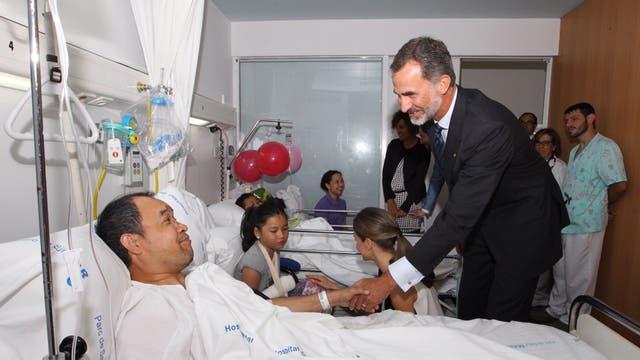 El rey Felipe VI visita a los heridos en el Hospital del Mar en Barcelona