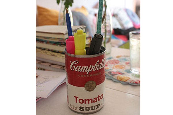 Una lata de sopa de tomates Campbell''''s como porta lápices.