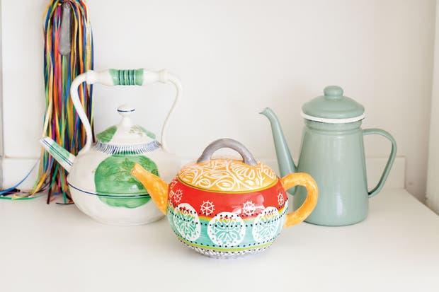 Teteras y cafeteras para decorar y utilizar. Foto: Gustavo Sancricca. Producción de Yamila Bortnik.