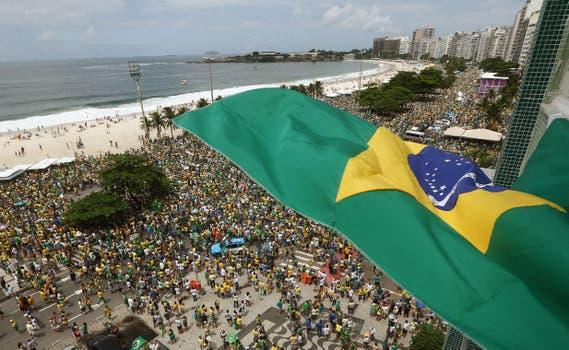 En Copacabana la multitud se concentró en las calles paralelas a la playa. Foto: EFE