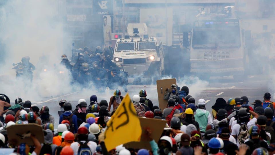 Los enfrentamientos ya llevan varias semanas. Foto: Reuters / Carlos Garcia Rawlins