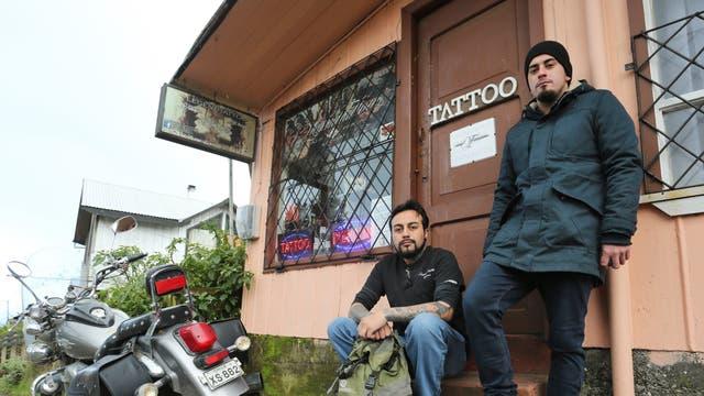 Marcos Ampuero Y Pablo Cárdenas, los tatuadores que compartieron el trabajo con Maldonado