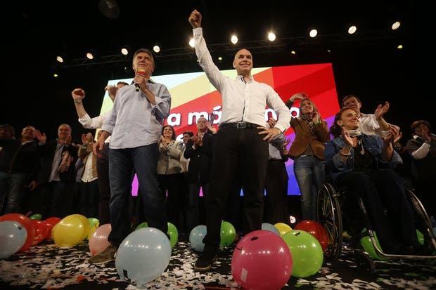 Rodríguez Larreta, en el centro, flanqueado por Macri y Michetti durante los moderados festejos de Pro, en Costa Salguero