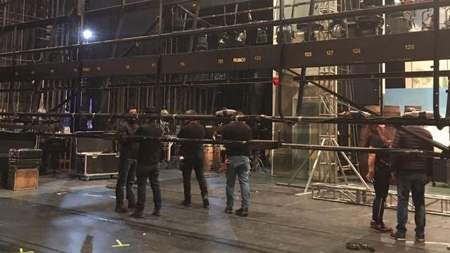 Los técnicos trabajan con las luces . Foto: LA NACION