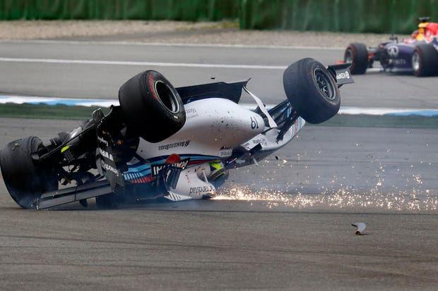 El auto de Massa de cabeza luego del choque inicial
