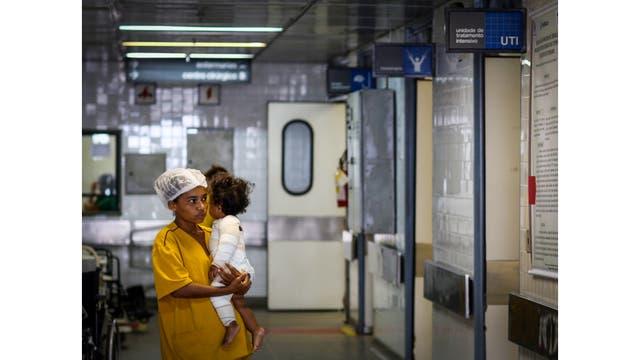 Lucinete con su hija Ana, que tenía 15 por ciento del cuerpo quemado y está recibiendo tratamiento con piel de pez de tilapia en el Instituto Dr. José Frota en Fortaleza