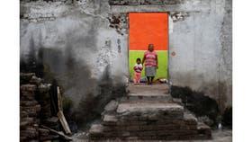 Elena Zapata, de 69 años, ama de casa, con su nieta Mariana, de 3 años, dentro de las ruinas de su casa después del terremoto en Tepalcingo