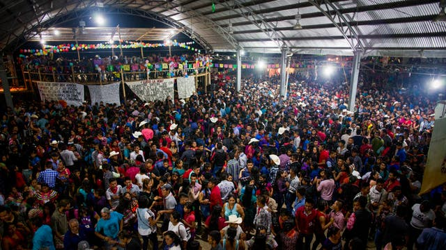 La gente baila al final de un acto de campaña en Guadalupe Tepeyac, Chiapas