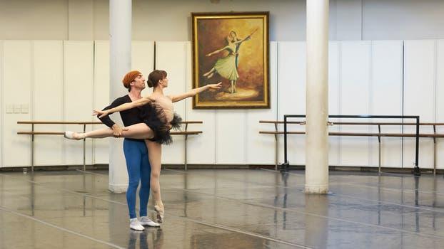 Nadia Muzyca y Juan Pablo Ledo ensayan en la Rotonda de Ballet, en el subsuelo del Teatro Colón. Foto: LA NACION / Hernán Zenteno